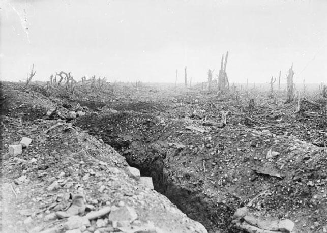 Skyttegrav i det trøstesløse og sønderbombede landskab ved vejen mellem Pozieres og Bapaume.