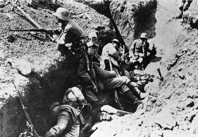 Billede fra slagmarken ved Arras 1916 (wikicommons). En tysk soldat holder vagt, men de andre får hårdt tiltrængt hvile. Hvis fjenden efter et stormangreb nåede ned i skyttegraven, stod kampen på nærkamp. Særligt håndgranater var velegnede til at rydde skyttegraven for indtrængende fjender, eller til at overtage og sikre den helt.