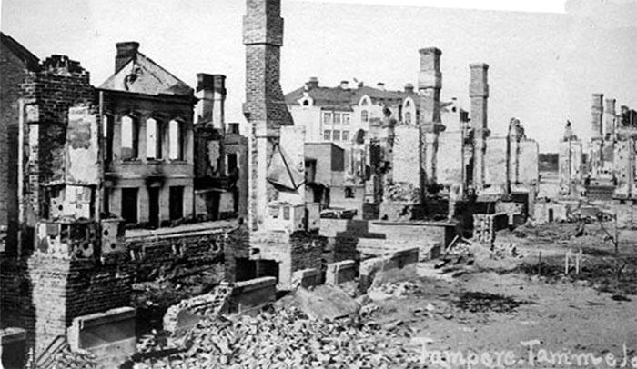 """Ødelæggelser i byen Tampere, april 1918 (Wikipedia). Store ødelæggelser og omkring 38.000 dødsofre var resultatet af den finske borgerkrig, der foregik i perioden januar til maj 1918 mellem røde og hvide styrker. En håndfuld danske frivillige deltog, som også op mod tusind svenskere, foruden den 10.000 mand stærke tyske """"Ostsee- Division"""". Frygten var, at revolutionære også ville kunne sætte Danmark i brand."""