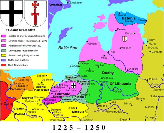 Situationen i Baltikum i tiden omkring 'Slaget på isen' (Wikipedia). Den Tyske Ridderorden havde i 1237 overtaget den tidligere korsfarerorden, Sværdbrødrenes, områder, markeret med det hvide skjold/røde sværd. Kampene i felttoget i 1242 foregik mellem Dorpat og i området ved Peipus-søens snævreste sted. Forud for dette var et angreb udgået fra det danske Estland til Vod, dvs. kystegnen umiddelbart øst for Estland, i 1241. Fremskudte styrker var angiveligt nået indenfor 30 km af selve Novgorod (uden for kortet)