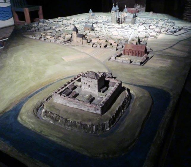 Bogen Skarahus, også kendt som Gälakvist, beliggende syd for byen Skara, var med sine dobbelte voldgrav og ti meter høje mure og en ligeledes 10 meter høj kunstig forhøjning en vanskelig opgave for en angriber (Wikipedia).