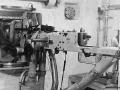 "47 mm ""Festungspak"" fra Skoda. Omdrejningspunkten er mundingen, således at det ikke er en sædvanlig skydespalte. Der står et ""Kulomet"" maskingevær på samme stativ. Begge har mundingen gennom samme panserkugle som alt drejer sig omkring."