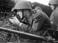 Nogle få dage efter øvelsen, overtog tyskerne magten i Danmark. Her ses officiant J. S. Nielsen og en gruppe soldater d. 29. august 1943, før tyskernes ankomst til kasernen ved Aalholm. Om morgenen var der blevet udleveret ammunition og batteriet gik i stilling omkring kasernen. Der blev dog ikke kæmpet.