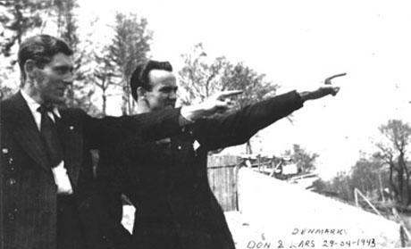Pegende mod friheden i Sverige. Don er sammen med frihedskæmperen Lars Troen. Fotoet blev taget på sightseeing-turen i København i 1943!)