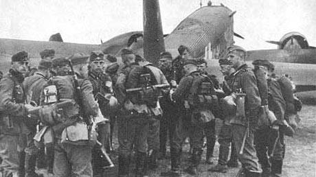 Tyske tropper bliver landsat i Aalborg lufthavn i Ju52 transportmaskiner