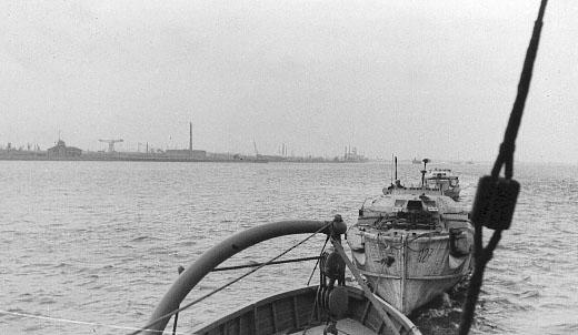 S-bådene slæbes ud af Bremerhaven. Bådene lå dog ikke så tæt på hinanden i åben sø. (foto: Jørgen S. Lorenzen)