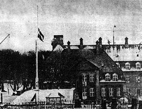 Rigets Flag vajede på halv stang fra kl. 12.30 til 15.45 den 5. februar. Gennem Kongens jagtkaptajn var tyskerne blevet informeret om at Dannebrog ville gå på halv ved udleveringen – et skridt, der hverken faldt i Scavenius' eller tyskernes smag! (52)