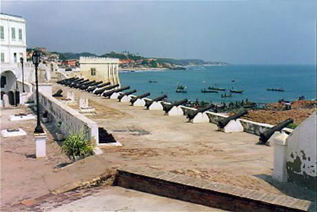 Fortet som det ser ud i dag. Udsigt fra kystbastionen mod øst i retning mod den danske hovedbesiddelse i Guinea;Christiansborg. (foto: Marc Moxen www.moxon.net)