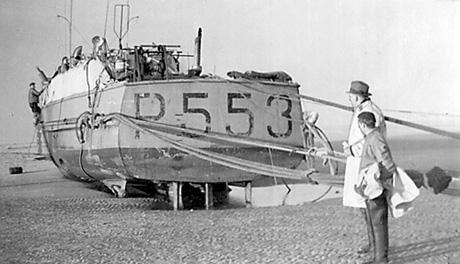 High and dry! P553 HAVØRNEN på grund på Scroby Sands. Da skruer og ror er fjernet kan billedet dateres til efter 26. december 1952. Bemærk den manglende ræling på agterdækket. Et tydeligt bevis på skaderne efter en lang række sprængte slæbewirer. (Helge Nielsen)