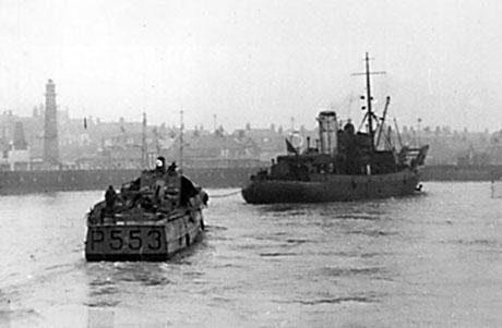 Det britiske bjærgningsskib BARGLOW slæber HAVØRNEN ind til Great Yarmouth. Det var en af de første gange. at et grundstødt skib kom flot fra Scroby Sands. (Helge Nielsen)