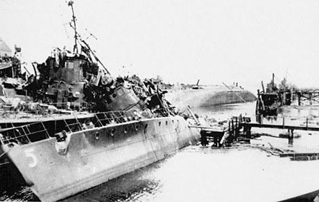 Ødelagte skibe i Flensborg havn. I baggrunden den kæntrede tender Donau.  (foto: Jørgen Strange Lorenzen)
