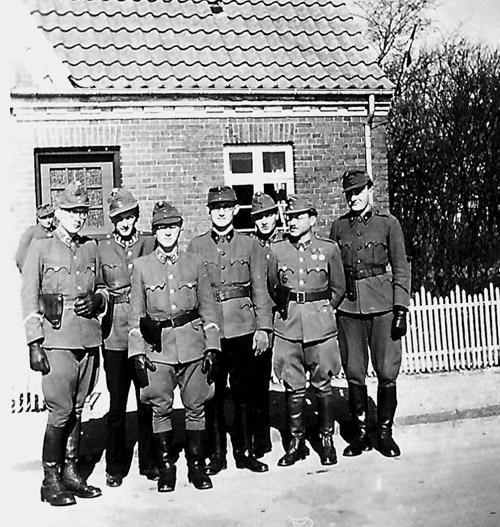 """Officerer fra 91. regimentsstab, der havde hovedkvarter i Ovtrup ved Nørre Nebel. (Fra bogen """"De ungarske soldater"""")"""