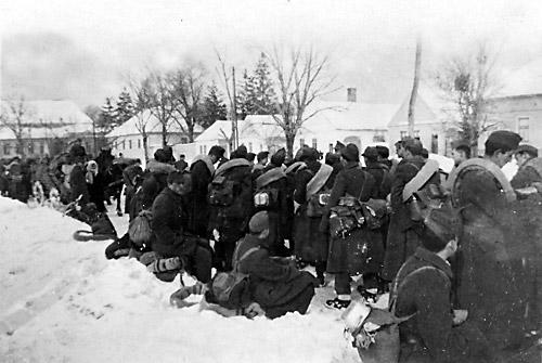 """Ungarske rekrutter venter på toget ved den ungarske grænseby Sopron i februar 1945 (Fra bogen """"De ungarske soldater"""")."""