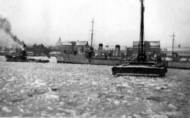 Slæbebådene medbragte også torpedobådenes tyske besætninger, der måtte sejles ind med slæbebådene, da man fra dansk side ikke ville tillade, at de betrådte Holmens område. Af samme grund optrådte de tyske officerer altid i civil, når de var på besøg på Holmen. De tyske søfolk kom hovedsageligt fra civile handelsskibe. (49)