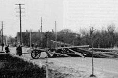 Vejspærring ved Bredebro. En af de improviserede vejspærringerne danske soldater byggede om morgenen.