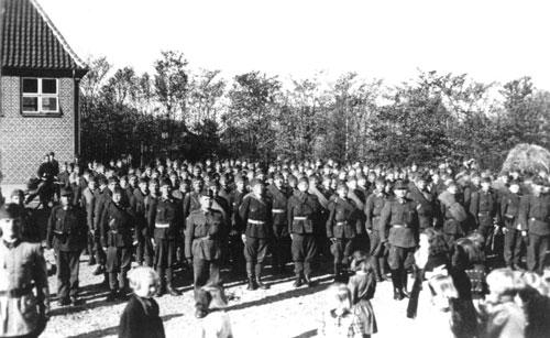 """Et ungarsk kompagni i skolegården i Vostrup i Vestjylland efter tyskernes kapitulation (Fra bogen """"De ungarske soldater"""")."""