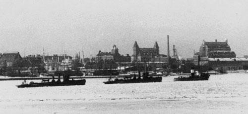 De gamle torpedobåde Narhvalen og Havørnen bugseres gennem en isfyldt Københavns havn 5. februar 1941.