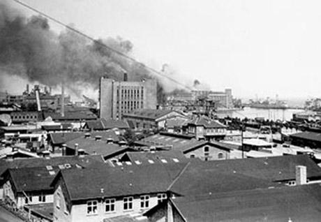Røgsøjlen set fra havneområdet  (Foto: Århus Kommunes Biblioteker, Lokalhist. Samling)