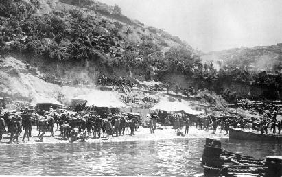 Billede taget af landgangen ved Gallipoli. Omkring 20.000 australske soldater blev dræbt eller såret i de 9 måneder kampene foregik.