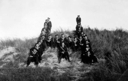 Nogle af HØGENs besætningsmedlemmer, under kommando af Søløjtnant A. Helms, holder hvil under en march-tur i Skagens klitter.
