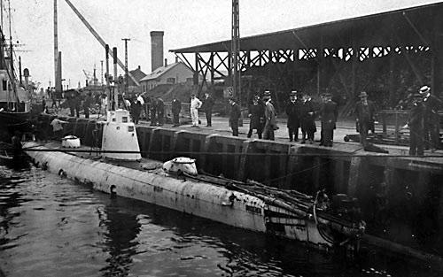 Dykkeren fotograferet ved Dokøen. Fotografiet er sandsynligvis taget ved undervandsbådens ankomst til Danmark i 1909. (Orlogsmuseet).