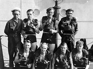 Ubådseskadren begyndte allerede i 1912 at udstyre ubådsbesætningerne med Dräger-veste. De indeholdt ilt til mellem 30 og 60 minutter, og fungerede ved, at man åndede ind og ud gennem et mundstykke, hvor den farlige kultveilte blev fjernet fra udåndingsluften gennem en kalipatron. Bag patronen sad en ilttank, der indeholdt ilt under ca. 180 atmosfæres tryk.Ubådsgasten skulle selv sørge for at lukke ilten ud af tanken, og kom de til at give for meget tryk, skete det, at mundstykket simpelthen fløj ud af gastens mund. Kom saltvand derved i forbindelse med kalipatronen, blev Dräger-vesten giftig, og kunne ikke benyttes igen, før den var blevet renset. Her ses besætnings- medlemmer fra Bellona iført de vigtige veste omkring 1920.