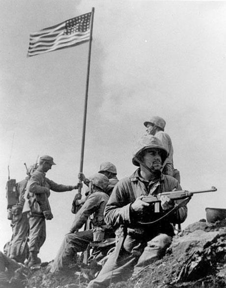 Den første flagrejsning på Iwo Jima. Hansen ses med kasketten.  (foto: USMC)