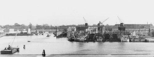 Holmen fotograferet i september 1943. På fotoet ses de tre T-41 torpedobåde under bygning. Bemærk Kongeskibet Dannebrog i dok inden det blev slæbt til Sydhavnen. I venstre side ses ubåden Havfruen, sat på land efter den blev hævet den 8. september.