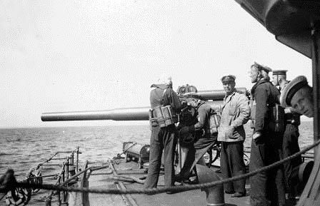 """Af sekundær armering havde """"HØGEN"""" to stk. 87 mm patronkanoner, en på bakken og en agter, begge med optiske sigtemidler og uden beskyttelsesskjolde."""