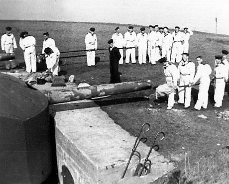 Kystartillerister rengør kanoner (foto: Orlogsmuseet)
