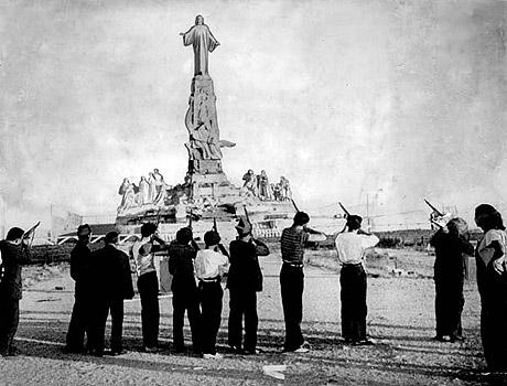 Spanske venstreorienterede beskyder statue af Kristus før krigsudbruddet i 1936 i Cerro los Angelas. (foto: fra Wikipedia)