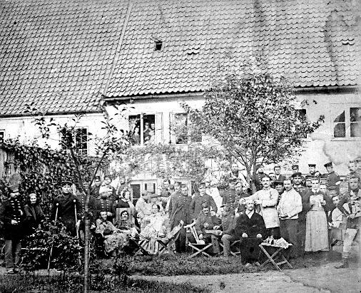 """Billedet stammer fra et lazaret i Flensburg kaldet Harmonien, og viser en blandet forsamling af sårede danskere og tyskere. Billedet blev senere brugt i bogen """"Vor sidste kamp for Sønderjylland."""