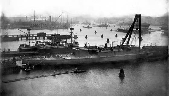 Udsigt over Flådens leje i 1908. Forrest ses Peder Skram under udrustning. (Marinens bibliotek)