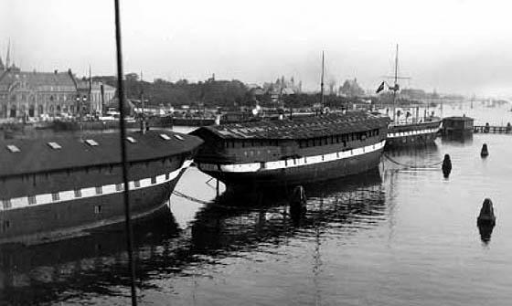 Orlogsskibet Fyen og Niels Juel som kaserneskibe i Flådens leje. (Orlogsmuseet)