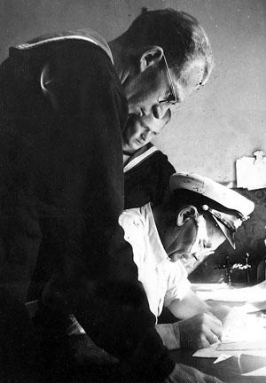 Eigil og ingeniøren modtager forstrækning af kvartermester Eisen, sommeren 1945, Slipshavn.