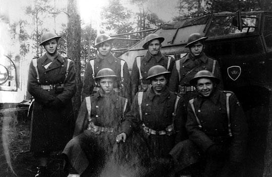 Børge Gunnar Hansens kanongruppe. I 1948-49 brugte den danske hær stadig de engelske hjelme.