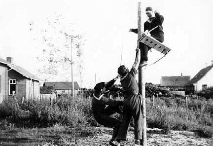 """""""Præsten"""" hænges til tørre af kammeraterne. Slipshavn, sommeren 1945"""