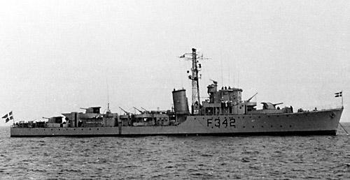 """Fregatten F342 ROLF KRAKE var én af de 3 engelske escort destroyers af """"HUNT II"""" klassen, udlånt til Danmark i 1952. Lånet blev fornyet flere gange, senest i januar 1958. Klassen (på dansk ESBERN SNARE klassen) omfattede F341 ESBERN SNARE, F342 ROLF KRAKE og F343 VALDEMAR SEJR.  Fregatten ROLF KRAKE blev søsat 1941, Depl: 1558 tons, Fart: 25 knob, besætning 148 mand. Hovedarmering bestod af 6 stk. britisk konstruerede 10,2 cm. luftværnskanoner i tre dobbeltskjolde beregnet til skydning mod sø- og luftmål. Maks. rækkevidde: 17.800 m. med en skudhastighed på 16 skud/min. pr kanon, samt 4 stk. 40 mm. Bofors maskinkanoner. Desuden fandtes dybdebomber om bord.  Selv om ESBEN SNARE klassen var karakteriseret som luftværnsfregat, var den tillige særdeles anvendelig som antiubådsfregat, og de var i en årrække flådens """"artilleristiske rygrad""""."""