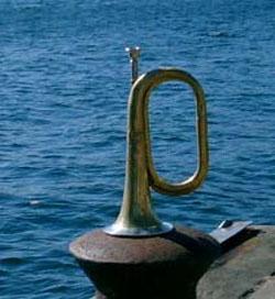 Konggaards trompet lå i mange år i hans skab, men blev i forbindelse med 60-året for flådens sænkning fundet frem og overdraget til Fregatten Peder Skram. Ved markeringen af begivenheden på Holmen den 29. august 2003 blev den gamle trompet benyttet af en trompetist fra Søværnets Tamburkorps. (Foto: Leif Ernst & Thomas Bork)