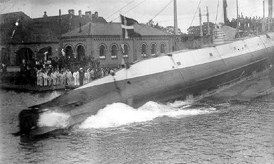 Den 21. august 1912 søsatte Orlogsværftet den første danskbyggede undervandsbåd, der fik navnet Havfruen. (Marinens bibliotek)