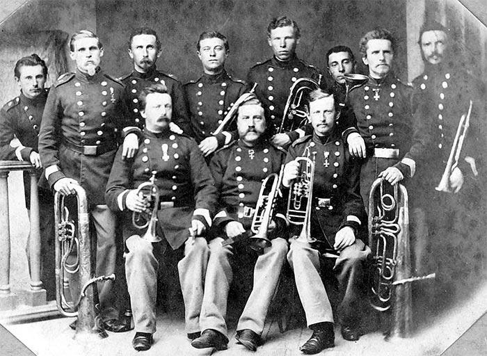 6. Bataljons Musikkorps i 1865. Stående som nr. 2 fra venstre en meget ung Zorn med sin tuba. Siddende i midten stabshornblæser Michaelsen (Foto: Rigsarkivet)