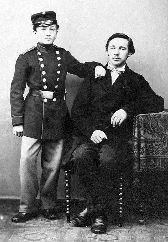 En meget ung hornblæser, fotograferet i 1864 med sin stolte far. (Foto: Det Kgl. Bibliotek)