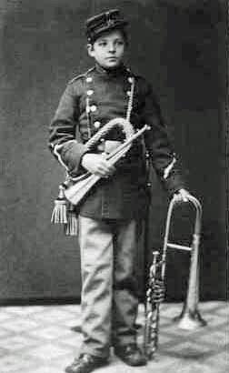 En meget ung hornblæser Carl Nielsen med signalhorn og altbasun