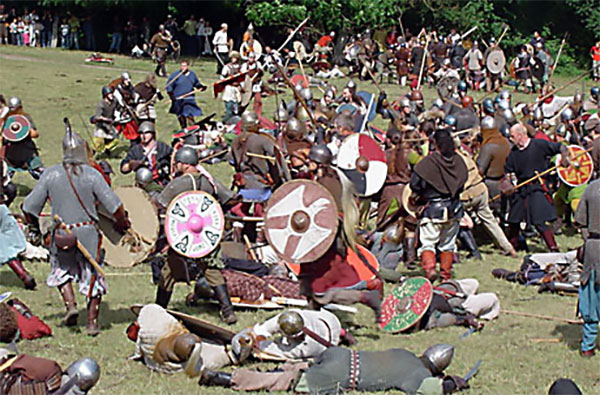 Årene 200-475 e.kr. prægedes af hyppige krige; spor efter formentlig omkring 60 slag, dvs. et hver 4. år, er fundet i det fynske og jyske område, skriver Varberg. Her viser billedet en del af kampen ved det årlige vikinge-reenactment på Moesgaard. Men vikingernes fortid var mindst lige så voldelig.