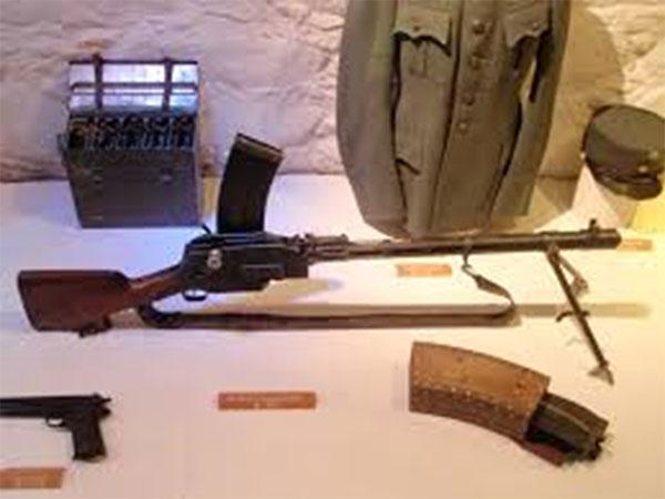 Madsen (model 1922) rekylgevær. Våbnet var til stor nytte for Dansk-Baltisk Auxiliær Korps i Estland og Letland i 1919, og var også i tjeneste i den danske hær i perioden 1903-1955. Det fandt også anvendelse i over 30 andre lande, herunder bl.a. zarens russiske hær i krigen mod Japan i 1904-5, i den tyske kejserlige hærs bjerg- og stormtrop-enheder i 1. verdenskrig, og indtil 2008 i brasilianske paramilitære styrker.