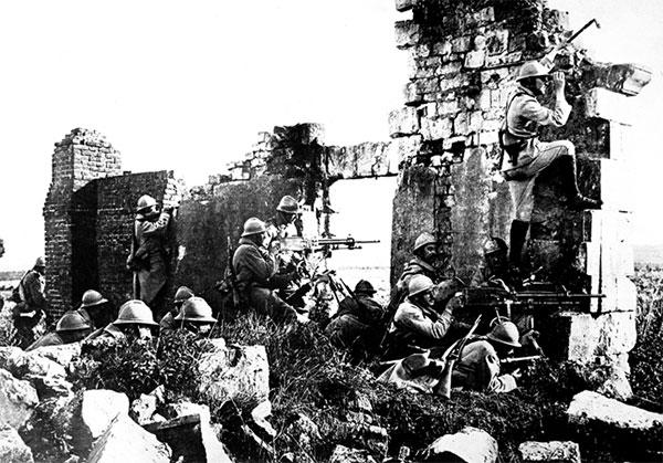 Franske tropper ved Marne 1918. Frankrig hjalp Danmark med at genvinde Sønderjylland, var en ledende kræfter bag Folkeforbundet, forløberen for FN, og stærk interesseret i at forhindre bolsjevikkerne i at sætte sig på Litauen. Danmark var derfor ivrig efter at bidrage til stormagtens forslag om en fredsbevarende styrke til Litauen; Vilnakommandoen.