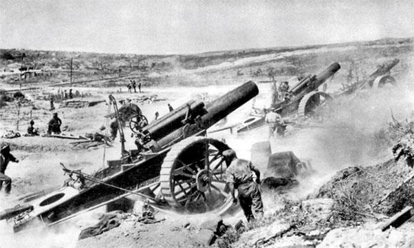 "Britisk tungt artilleri, kaliber ""8 inch"" (203 mm), fra ""39. Siege Battery"" hamrer løs på de tyske stillinger ved Somme, august 1916 (wikicommons)"