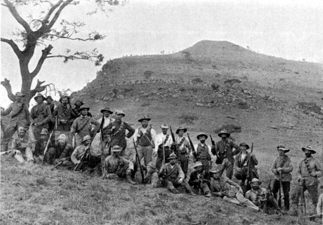 Boer milits ved Spionkop år 1900, Sydafrika. Hjemvendt fra Siam talte Aage Westenholz varmt for et robust dansk forsvar, der var kraftigt inspireret af boernes kamp mod briterne i Boerkrigen 1900-1902 (wikipedia).