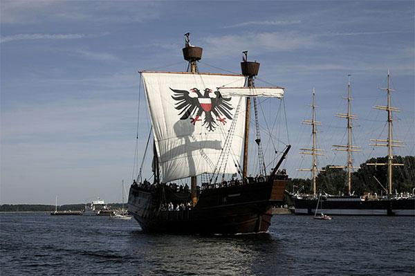 """Rekonstruktion af 'Lisa von Lübeck', et af den hanseatiske ligas største skibe i 1400-tallet, en """"Kraweel"""" – tysk/nederlandsk for det portugiske 'karavel'. Kanoner var nu en del af krigsførelsen, også til søs, der blev placeret på de karakteristiske forhøjninger, kasteller, for- og agter."""