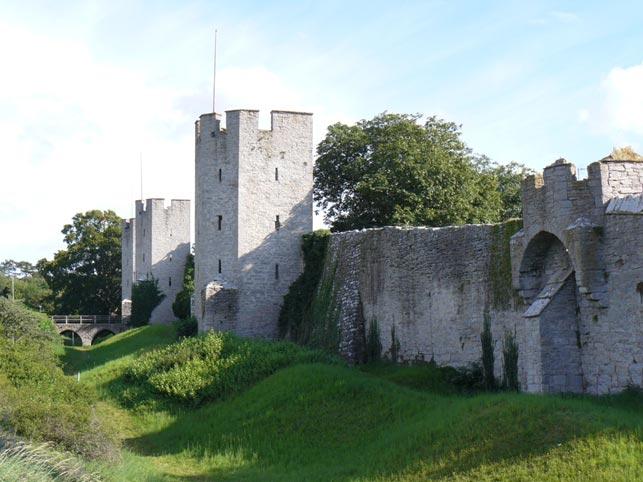 Del af Visbys fæstningsmur (Wikipedia). Den 27. juli 1361 nedkæmpede Valdemar Atterdags hær på 2500 professionelle lejesoldater en bondehær og erobrede Visby. Men byens forsvar, ledet og bemandet med bl.a. soldater fra Den Tyske Orden, stod i 1404 imod både beskydning fra Margrethes hær, der både var udrustet med kastemaskiner og kanoner, foruden forsøg på forræderi og adskillige forsøg på at storme fæstningen.